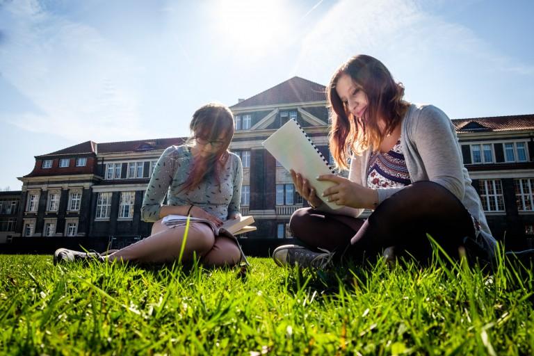 Students studying in the grass at Universität Hamburg