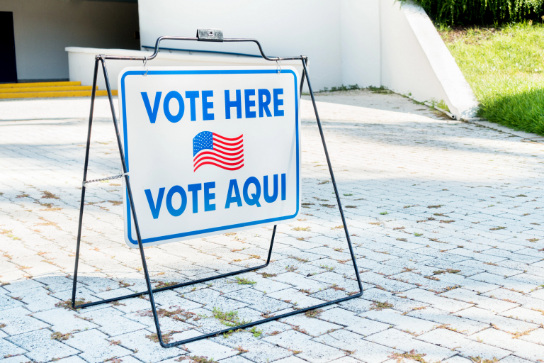 A vote here sign in English and Spanish at a polling place.