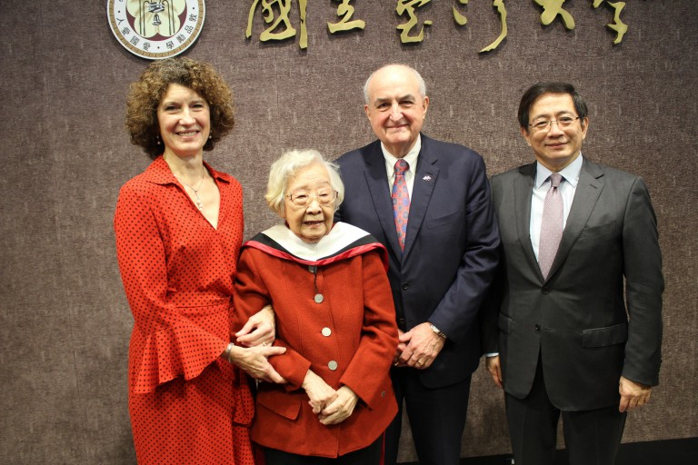 Chi Pang-yuan stands with IU president, IU first lady and National Taiwan University president
