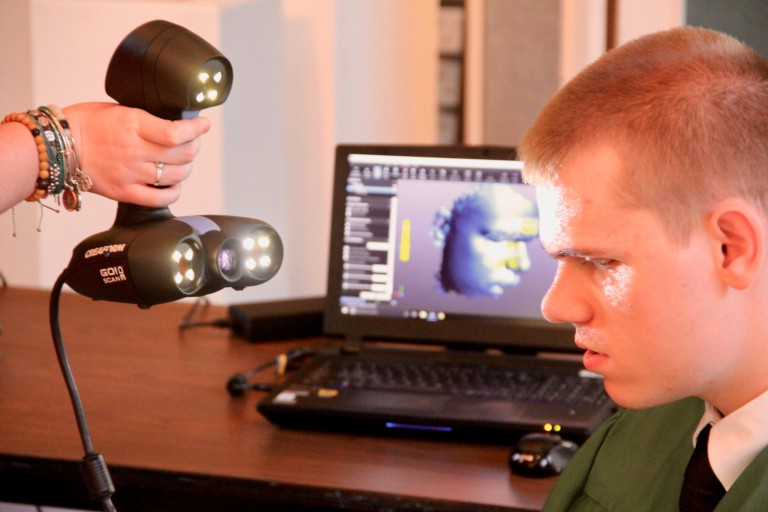 A visually impaired student gets 3D-scanned