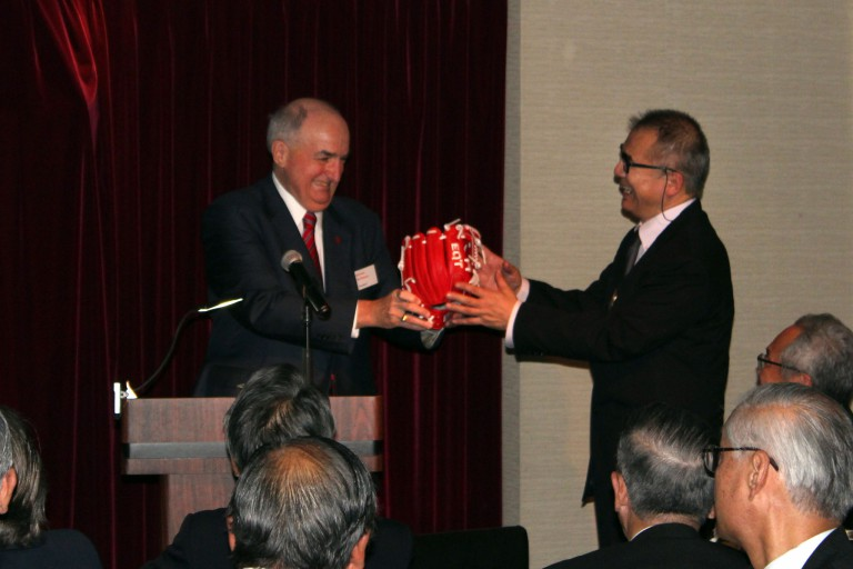 President McRobbie presents an authentic IU baseball glove to Dean Shinoda Toru of Waseda University
