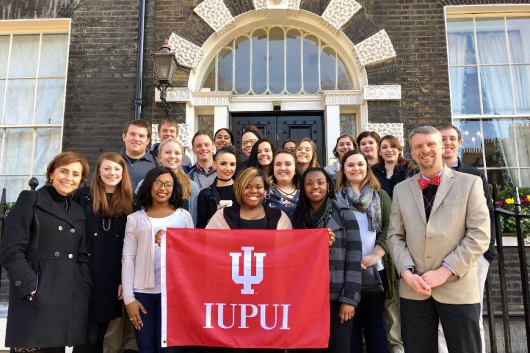 Jazmin Jones, holding IU flag, with fellow study abroad students in London