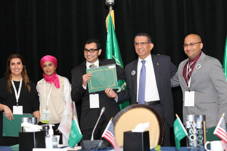 Abdullah Alzeer accepts the IUPUI Saudi Students Club's award