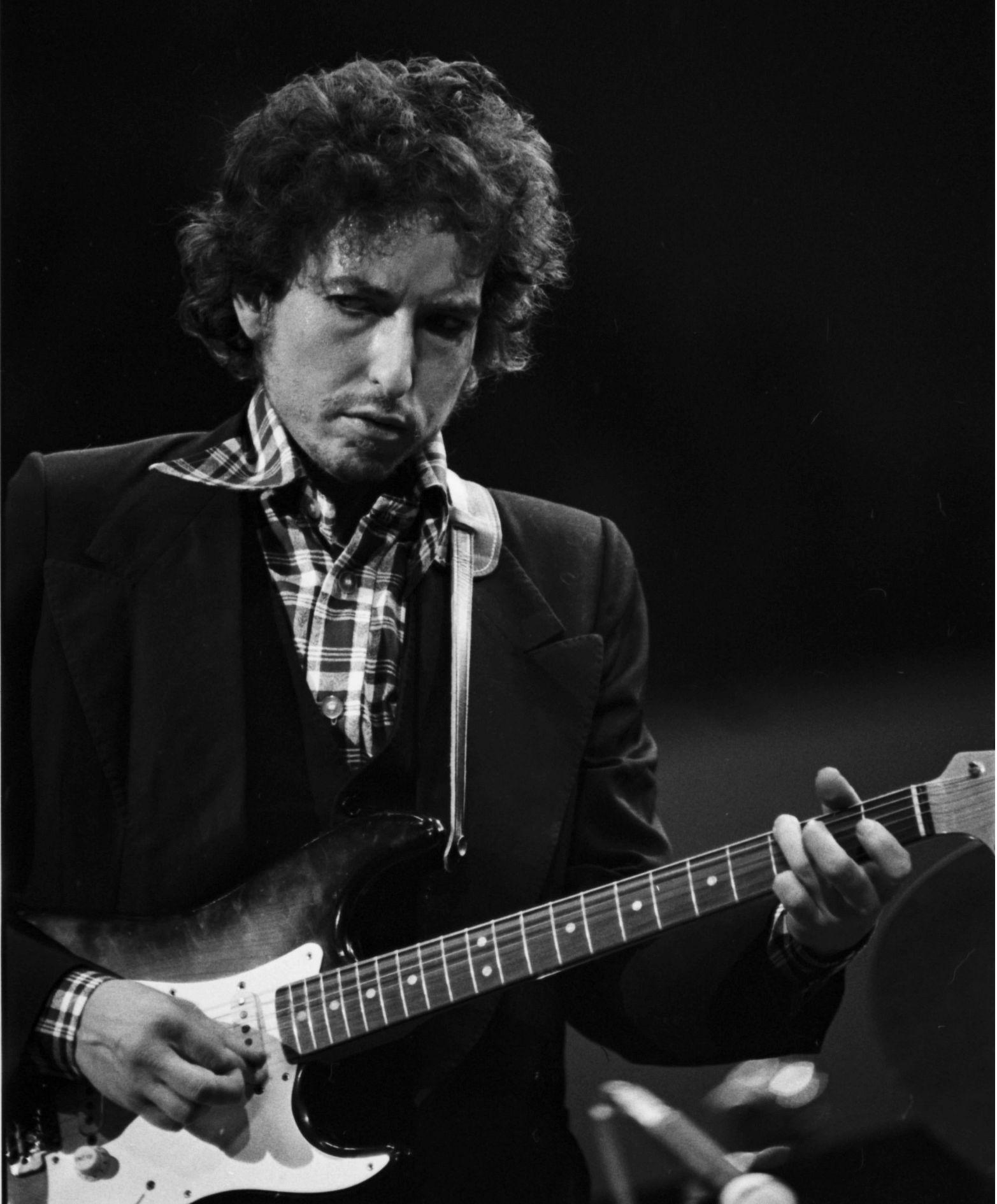 Bob Dylan plays guitar