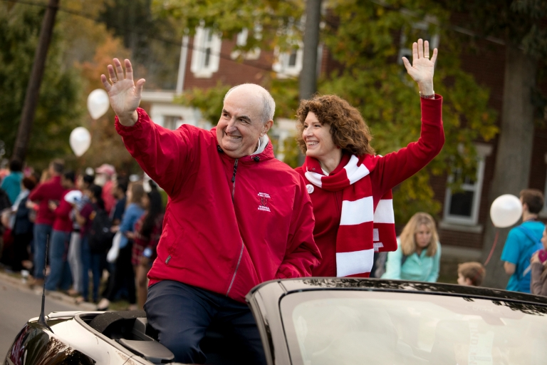 President Michael A. McRobbie and first lady Laurie Burns McRobbie wave from a car